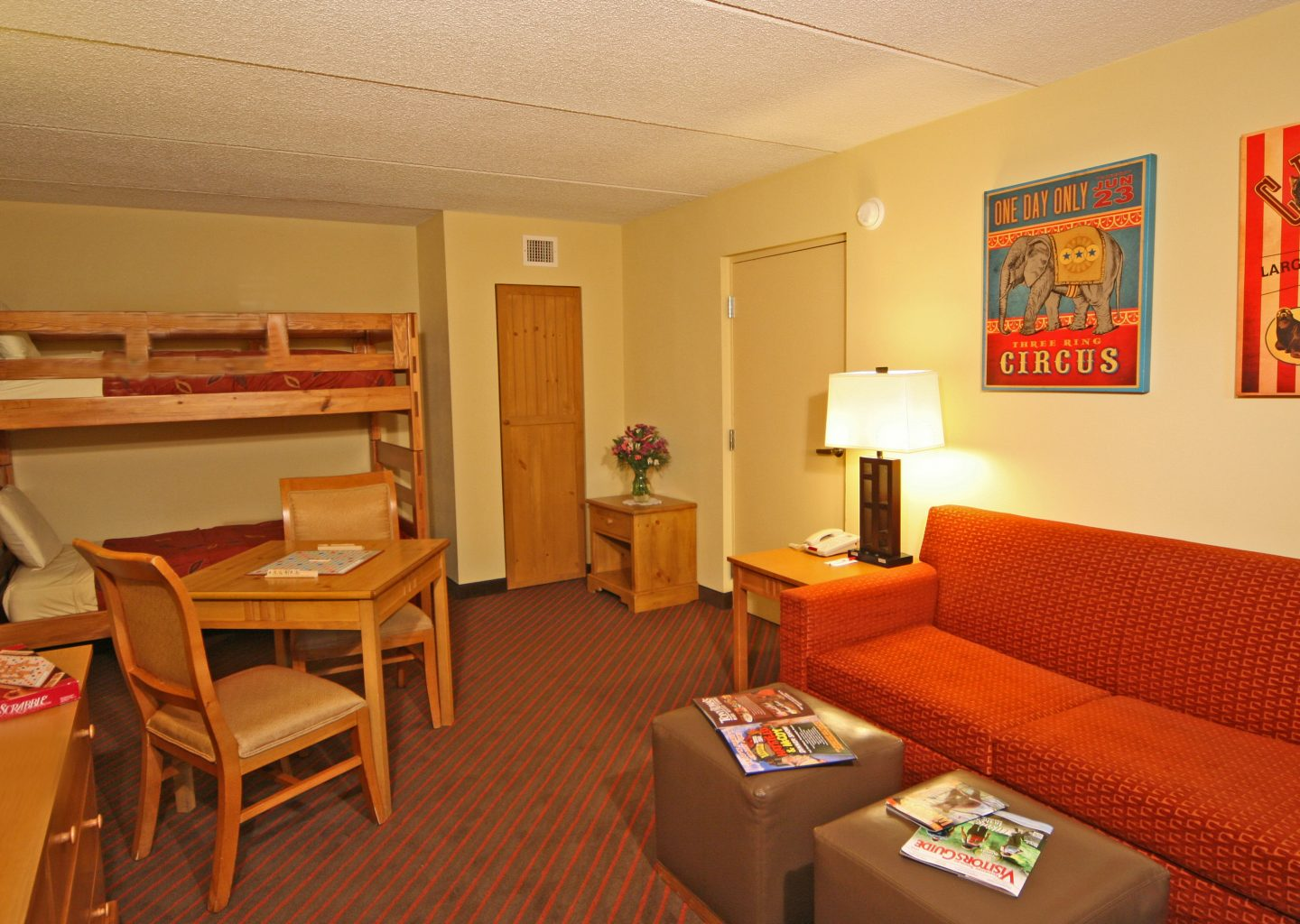 two bunk beds with sofa guestroom at Econo Lodge Pigeon Forge in TN